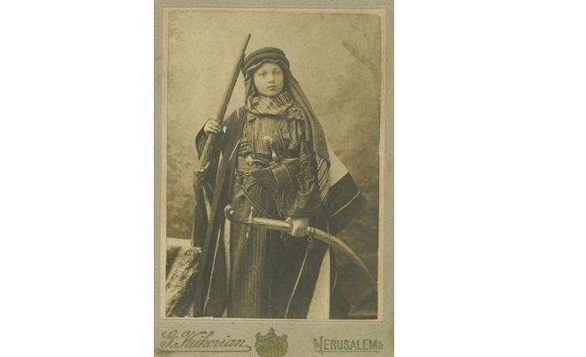 طفل بالزي التقليدي الفلسطيني – القدس 1900 _1910م
