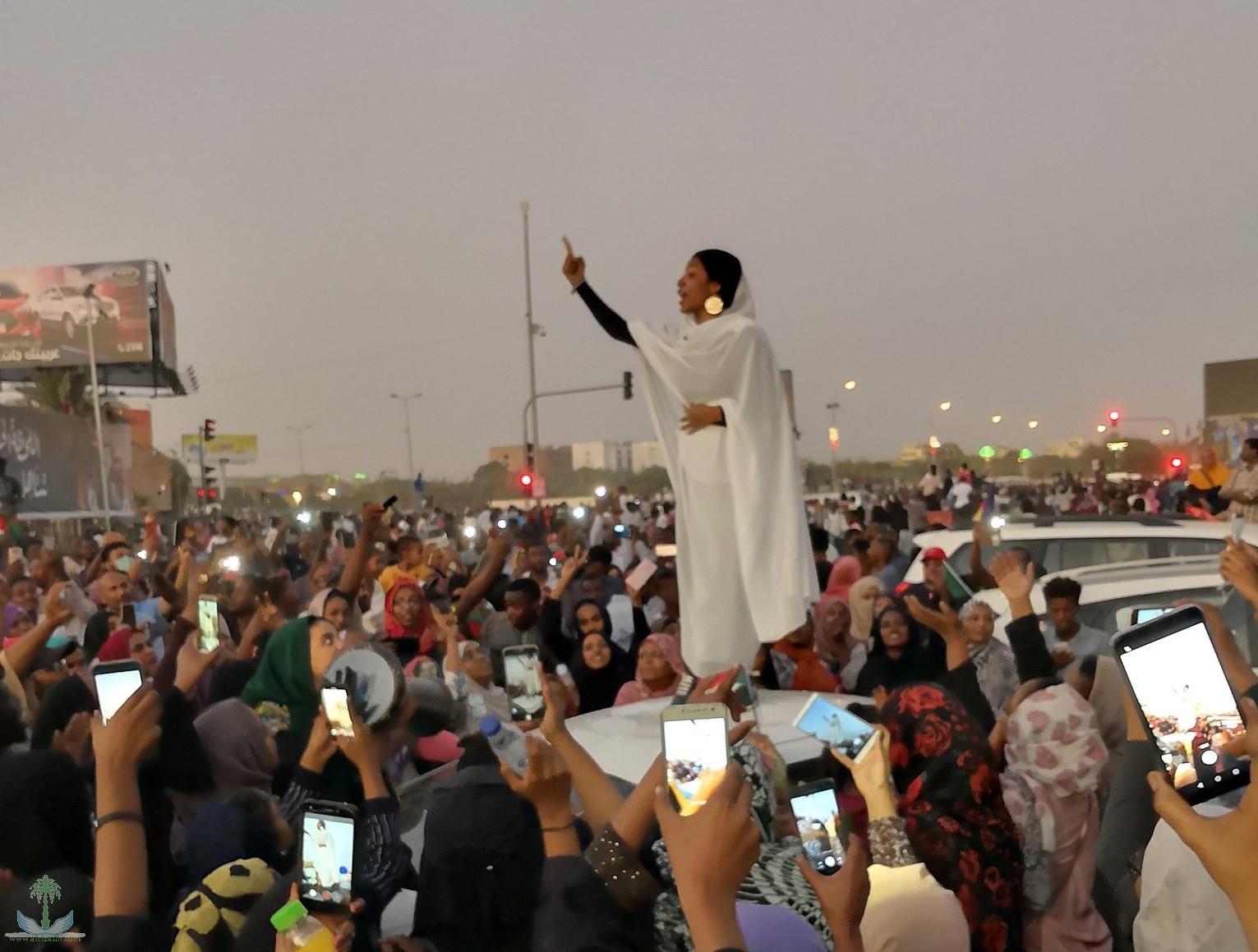 مظاهرات السودان: كيف استقبل المحتجون إعلان الإطاحة بالبشير؟