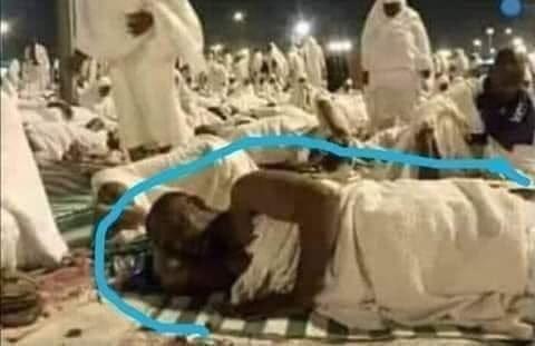 أتعلمون من هذا النائم الذى يفترش الأرض وسط الحجيج ببيت الله الحرام … عن صفحة عبد الرؤوف بربخ
