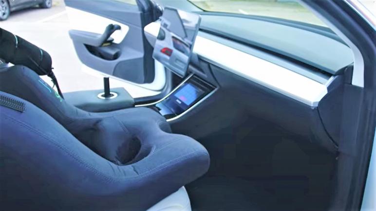 """فى العام 2023 سيارة تسلا """" ذاتية القيادة """" بدون عجلة قيادة أو مكابح او وقود .. فيديو،، متابعة : شوقى الفرا"""