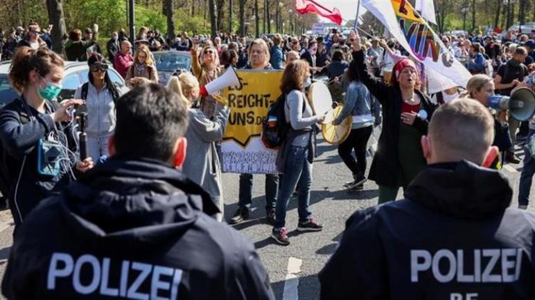 برلين : القبض على نحو 500 محتج على قيود كورونا بعد خروج الآلاف متحدين تدابير الإغلاق،، متابعة : شوقى الفرا