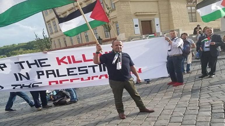 وقفة تضامنية مع شعبنا أمام القصر الجمهوري في براغ