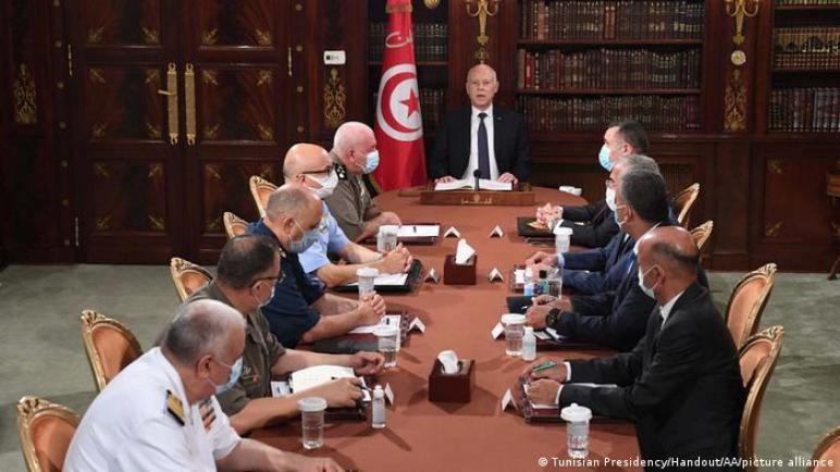 الرئيس التونسي يجتمع بقادة الجيش ويعد باسترجاع الأموال المنهوبة والقوى السياسية تجدد رفض قراراته الأخيرة