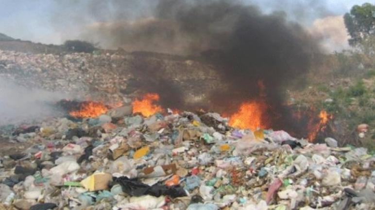 احتراق النفايات الصلبة في مكب جحر الديك شرق مدينة غزة منذ أيام