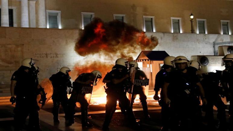 اشتباكات بين الشرطة اليونانية والمتظاهرين في مسيرة ضد التطعيمات الإلزامية