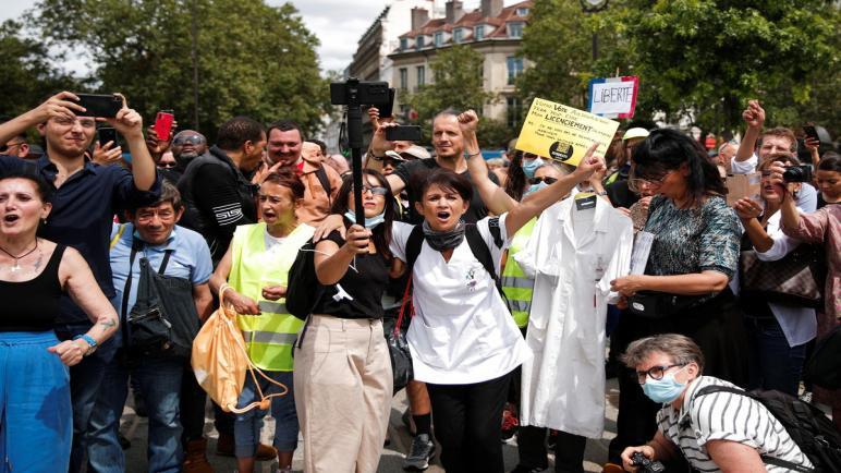 فرنسا: متظاهرون يعارضون إجراءات فيروس كورونا ويشتبكون مع الشرطة في باريس