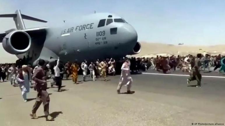 """فوضى عارمة في محيط مطار كابل وطالبان تُحمل أمريكا المسؤولية ومخاوف من تنظيم """"داعش"""" وانتقادات ألمانية للمشهد،، متابعة : شوقى الفرا"""