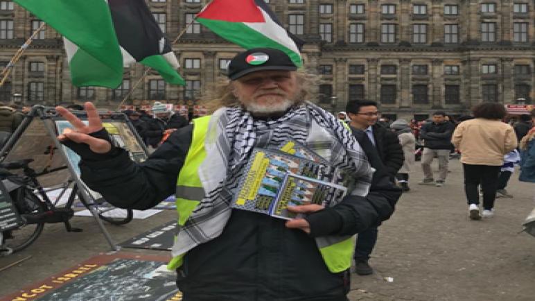 هولندي يتضامن مع القضية الفلسطينية بمفرده في أمستردام