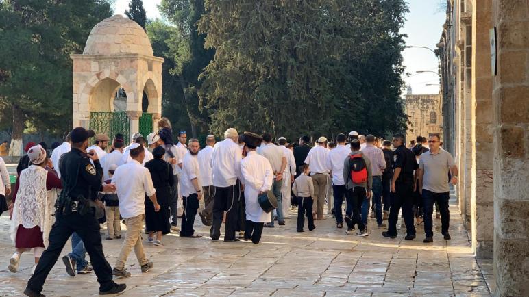 مستوطنون إسرائيليون اقتحموا اليوم الخميس المسجد الأقصى المبارك بحراسة مشددة من شرطة الإحتلال